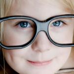 Визит к контактологу десятилетней девочки и ее матери