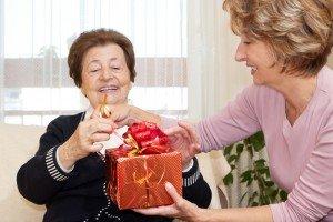 Что можно подарить маме на день рождения: подарки с любовью от всего сердца