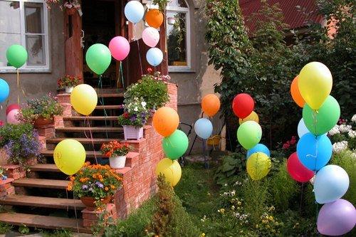 Оформляем праздник воздушными шарами.